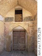 Купить «Старинная дверь в арке», фото № 7375278, снято 9 сентября 2007 г. (c) Elizaveta Kharicheva / Фотобанк Лори