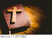 Купить «Crucifix icon resting on the bible», фото № 7377962, снято 27 января 2015 г. (c) Wavebreak Media / Фотобанк Лори