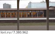 Купить «Станция. Проезжает электричка», видеоролик № 7380962, снято 4 мая 2015 г. (c) Звездочка ясная / Фотобанк Лори