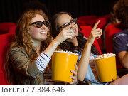Young friends watching a 3d film. Стоковое фото, агентство Wavebreak Media / Фотобанк Лори