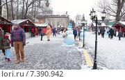 Купить «Торговые павильоны с едой и сувенирами на территории ВДНХ, люди гуляют на новогодние праздники. Москва», видеоролик № 7390942, снято 10 февраля 2015 г. (c) Кекяляйнен Андрей / Фотобанк Лори