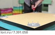 Купить «Мужчина собирает стол с помощью электрической дрели», видеоролик № 7391058, снято 10 февраля 2015 г. (c) Кекяляйнен Андрей / Фотобанк Лори