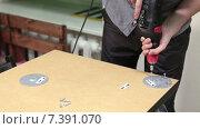 Купить «Мужчина вкручивает крепления для ножек стола с помощью электрической дрели», видеоролик № 7391070, снято 10 февраля 2015 г. (c) Кекяляйнен Андрей / Фотобанк Лори