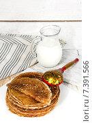 Купить «Блины с молоком», фото № 7391566, снято 15 апреля 2015 г. (c) Наталья Осипова / Фотобанк Лори