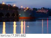 Купить «Корабль пришлюзовался к пирсу на закате», фото № 7391682, снято 3 мая 2015 г. (c) Иванов Алексей / Фотобанк Лори