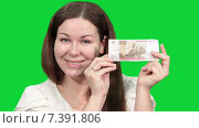 Купить «Веселая симпатичная женщина показывает в камеру купюру в сто рублей, зеленый изолированный фон», видеоролик № 7391806, снято 5 марта 2015 г. (c) Кекяляйнен Андрей / Фотобанк Лори