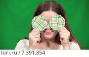 Купить «Привлекательная девушка закрывает себе глаза кружками», видеоролик № 7391854, снято 4 марта 2015 г. (c) Кекяляйнен Андрей / Фотобанк Лори