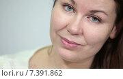 Купить «Лицо девушки крупным планом», видеоролик № 7391862, снято 4 марта 2015 г. (c) Кекяляйнен Андрей / Фотобанк Лори