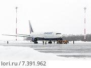 Аэродромный тягач тащит самолет Boeing-767 авиакомпании Transaero Airlines в аэропорту Петропавловск-Камчатский (аэропорт Елизово) (2015 год). Редакционное фото, фотограф А. А. Пирагис / Фотобанк Лори