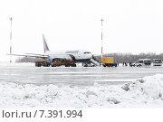 Службы аэродромно-технического обеспечения обслуживают самолет Boeing-767 в аэропорту Петропавловск-Камчатский (2015 год). Редакционное фото, фотограф А. А. Пирагис / Фотобанк Лори