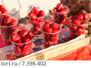 strawberry in plastic cups at street market. Стоковое фото, фотограф Syda Productions / Фотобанк Лори