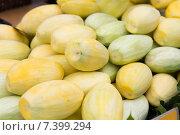 Купить «peeled mango at street market», фото № 7399294, снято 7 февраля 2015 г. (c) Syda Productions / Фотобанк Лори