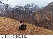 Купить «Девушка смотрит с перевала Нуху-Дабан на горный хребет Мунку-Сардык», фото № 7402282, снято 1 мая 2015 г. (c) Виктория Катьянова / Фотобанк Лори