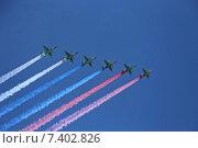 Купить «Шесть самолетов Су-25 выпускают дым цветов российского флага на генеральной репетиции парада в честь Дня Победы в Москве», эксклюзивное фото № 7402826, снято 7 мая 2015 г. (c) Алексей Гусев / Фотобанк Лори