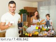 Купить «Family of four with bags of food», фото № 7406842, снято 17 июля 2018 г. (c) Яков Филимонов / Фотобанк Лори