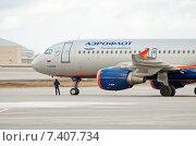 Купить «Airbus A320-214 (VP-BZP, E.Habarov) на техосмотре в аэропорту Шереметьево», эксклюзивное фото № 7407734, снято 15 апреля 2015 г. (c) Константин Косов / Фотобанк Лори