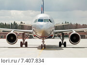 Airbus A320-214 (VQ-BIT, L.Landau) крупным планом в аэропорту Шереметьево, вид спереди, эксклюзивное фото № 7407834, снято 15 апреля 2015 г. (c) Константин Косов / Фотобанк Лори