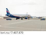 Airbus A321-211 (VP-BWP, M.Musorgsky) на рулёжной дорожке с автомобилями авиационной безопасности в аэропорту Шереметьево, эксклюзивное фото № 7407870, снято 15 апреля 2015 г. (c) Константин Косов / Фотобанк Лори