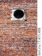 Красная кирпичная стена в котельной. Стоковое фото, фотограф Андрей Подольский / Фотобанк Лори