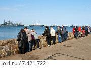 Купить «Люди на променаде наблюдают военные корабли. Балтийск», фото № 7421722, снято 9 мая 2015 г. (c) Сергей Куров / Фотобанк Лори