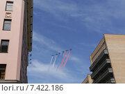 Военные самолёты с цветными дымами пролетают на Москвой. Стоковое фото, фотограф Савчук Алексей / Фотобанк Лори