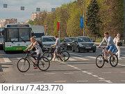Купить «Велосипедисты пересекают проезжую часть с нарушением ПДД», фото № 7423770, снято 11 мая 2015 г. (c) Сайганов Александр / Фотобанк Лори