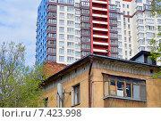 Город растет. Фрагмент старого ветхого жилого дома на фоне новостройки (2015 год). Стоковое фото, фотограф Александр Замараев / Фотобанк Лори