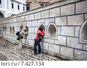 Купить «Люди, фотографирующие через окна-бойницы в стене», фото № 7427134, снято 11 сентября 2014 г. (c) Татьяна Назмутдинова / Фотобанк Лори