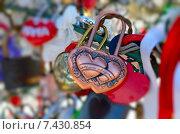 Купить «Цветные свадебные замки», фото № 7430854, снято 28 июля 2014 г. (c) Владислав Осипов / Фотобанк Лори