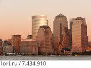 Небоскребы Международного финансового центра в Нижнем Манхэттене на закате, Нью-Йорк сити, США (2009 год). Стоковое фото, фотограф Наталия Елсукова / Фотобанк Лори