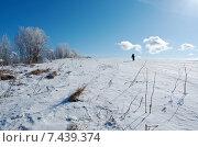 Зимний пейзаж. Маленький мальчик идет по снегу. Стоковое фото, фотограф Александр Fanfo / Фотобанк Лори