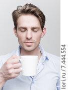 Купить «Молодой привлекательный мужчина с чашкой кофе», фото № 7444554, снято 15 апреля 2015 г. (c) Дмитрий Булин / Фотобанк Лори