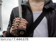 Купить «Крупным планом рука мужчины, который держит бейсбольную биту на улице», фото № 7444678, снято 17 мая 2015 г. (c) Николай Винокуров / Фотобанк Лори