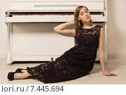 Купить «Чувственная девушка в чёрном платье сидит на полу у старого пианино», фото № 7445694, снято 1 марта 2015 г. (c) Дмитрий Черевко / Фотобанк Лори