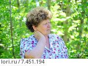 Купить «У пожилой женщины болит шея в парке», фото № 7451194, снято 8 мая 2015 г. (c) Володина Ольга / Фотобанк Лори