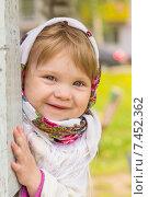 Купить «Маленькая девочка в платке улыбается», фото № 7452362, снято 19 мая 2015 г. (c) Алексей Кокорин / Фотобанк Лори