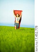 Молодая счастливая женщина в пшеничном поле с красной тканью на фоне моря. Стоковое фото, фотограф Александр Маркин / Фотобанк Лори