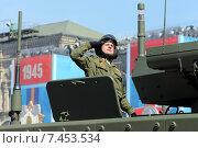 Купить «Военнослужащий выполняет воинское приветствие на параде в честь Дня Победы 9 мая», фото № 7453534, снято 7 мая 2015 г. (c) Татьяна Белова / Фотобанк Лори
