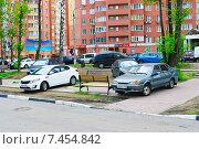 Купить «Парковка автомобилей на газоне», эксклюзивное фото № 7454842, снято 18 мая 2015 г. (c) Зобков Георгий / Фотобанк Лори