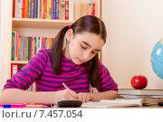 Школьница делает домашнее задание. Стоковое фото, фотограф Sanda Stanca / Фотобанк Лори