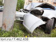 Купить «Искореженный об столб бампер автомобиля», фото № 7462438, снято 20 мая 2015 г. (c) Кекяляйнен Андрей / Фотобанк Лори