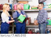 Купить «Mechanics selling antifreeze to customer», фото № 7465010, снято 17 июня 2019 г. (c) Яков Филимонов / Фотобанк Лори