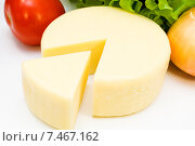 Купить «Головка круглого сыра с овощами», фото № 7467162, снято 17 января 2015 г. (c) Мастепанов Павел / Фотобанк Лори