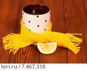 Купить «Чашка чая с лимоном обернута желтым шарфиком», фото № 7467318, снято 25 октября 2013 г. (c) Сергей Молодиков / Фотобанк Лори