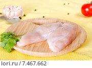 Куриное филе и листья петрушки на разделочной доске. Стоковое фото, фотограф Ален Лагута / Фотобанк Лори