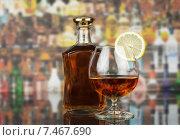 Купить «Бутылка виски и бокал на барной стойке», фото № 7467690, снято 8 июля 2014 г. (c) Сергей Молодиков / Фотобанк Лори
