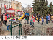 Детская площадка с играющими детьми, Нижний Новгород, эксклюзивное фото № 7468598, снято 19 апреля 2015 г. (c) Константин Косов / Фотобанк Лори