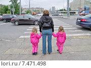 Купить «Женщина с двумя детьми у пешеходного перехода в ожидании зеленого сигнала светофора», эксклюзивное фото № 7471498, снято 23 мая 2015 г. (c) Илюхина Наталья / Фотобанк Лори
