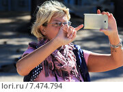 Купить «Женщина со смартфоном», фото № 7474794, снято 19 сентября 2013 г. (c) Морозова Татьяна / Фотобанк Лори