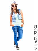 Счастливая девушка в шляпе, солнцезащитных очках, джинсах и жилетке на белом фоне. Стоковое фото, фотограф Sanda Stanca / Фотобанк Лори